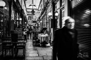 Paris en passant. Photo en noir et banc du passage des panoramas réalisé pour un repérage de séance photo couple. Réalisée par Castille ALMA photographe de mariage à Paris.