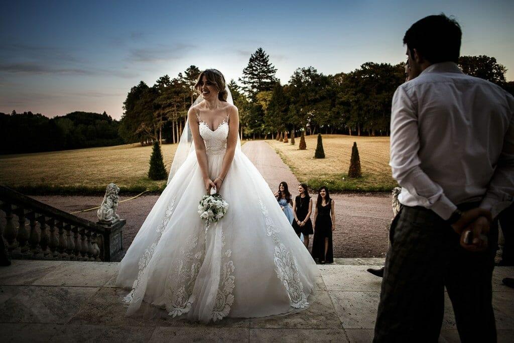 photographe de mariage en Auvergne. Lancé de bouquet de la mariée. Photo réalisée par Castille ALMA photographe de mariage au Chateau de Beguin en Auvergne.