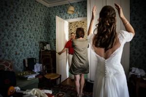 Photographe de mariage à Annecy. Emotion de la mariée en voyant son père. Photo réalisée par Castille ALMA photographe de mariage au Lac Léman en Haute Savoie.