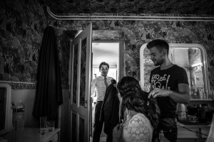 Photographe de mariage à Annecy. Emotion du marié en voyant sa femme.Photo réalisée par Castille ALMA photographe de mariage au Lac Léman en Haute Savoie.