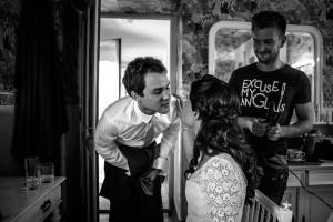 Les mariés s'embrassent. Photo réalisée par Castille ALMA photographe de mariage au Lac Léman en Haute Savoie.