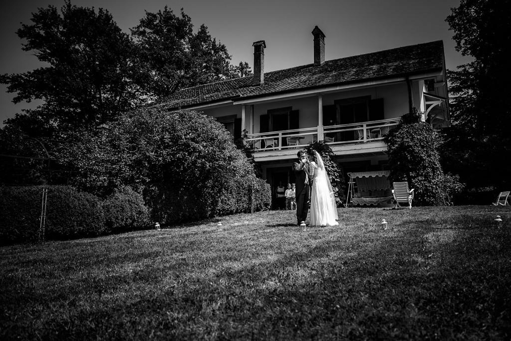 Photographe de mariage à Annecy. Emotion du marié. Photo réalisée par Castille ALMA photographe de mariage au Lac Léman en Haute Savoie.