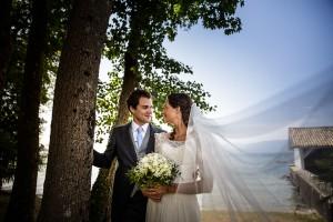 Photo de couple devant le lac Léman. Photo réalisée par Castille ALMA photographe de mariage au Lac Léman en Haute Savoie.