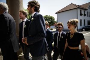 Entrée des invités à la cérémonie. Photo réalisée par Castille ALMA photographe de mariage au Lac Léman en Haute Savoie.