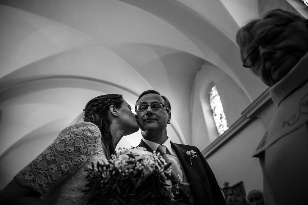 Photographe de mariage à Annecy. La mariée embrasse son père. Photo réalisée par Castille ALMA photographe de mariage au Lac Léman en Haute Savoie.