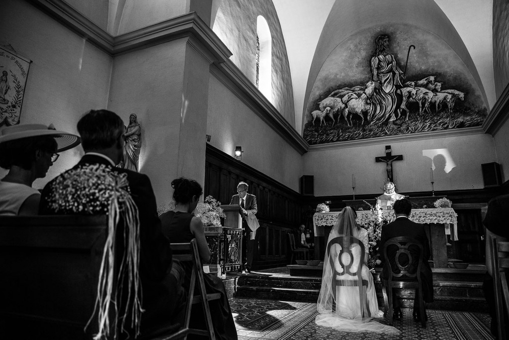 Photographe de mariage à Annecy. Photo de la cérémonie religieuse. Photo réalisée par Castille ALMA photographe de mariage au Lac Léman en Haute Savoie.