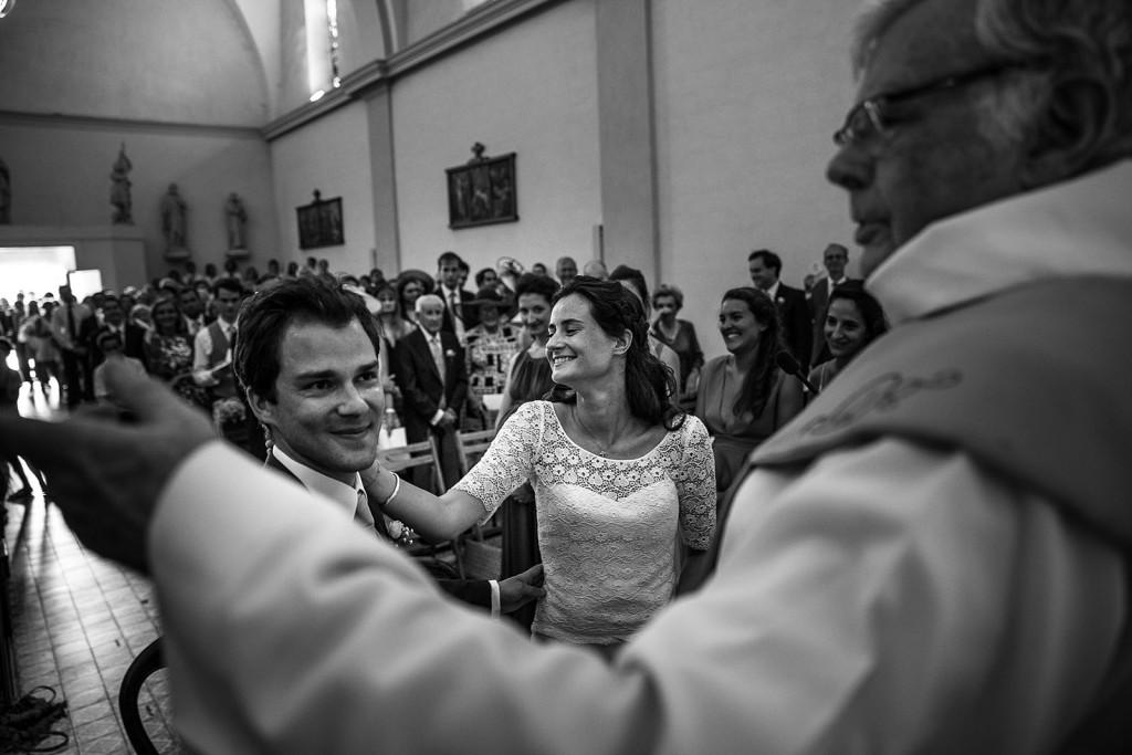 Photographe de mariage à Annecy. portrait de la mariée pendant la cérémonie religieuse. Photo réalisée par Castille ALMA photographe de mariage au Lac Léman en Haute Savoie.