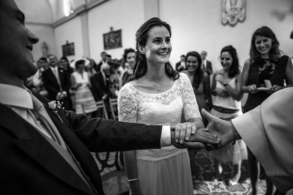 Photographe de mariage à Annecy. échange des voeux. Photo réalisée par Castille ALMA photographe de mariage au Lac Léman en Haute Savoie.