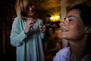 Photographe de mariage à Annecy. Maquillage de la mariée. Photo réalisée par Castille ALMA photographe de mariage au Lac Léman en Haute Savoie.