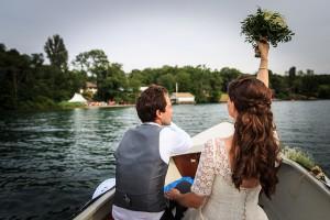 Les mariés arrivent au cocktail en bateau. Photo réalisée par Castille ALMA photographe de mariage au Lac Léman en Haute Savoie.
