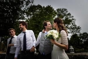 Les mariés s'embrasent sur le quai. Photo réalisée par Castille ALMA photographe de mariage au Lac Léman en Haute Savoie.