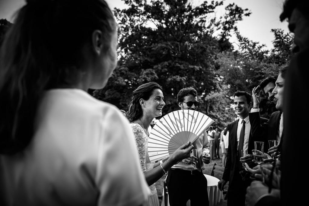 Photographe de mariage à Annecy. La mariée avec un éventail. Photo réalisée par Castille ALMA photographe de mariage au Lac Léman en Haute Savoie.