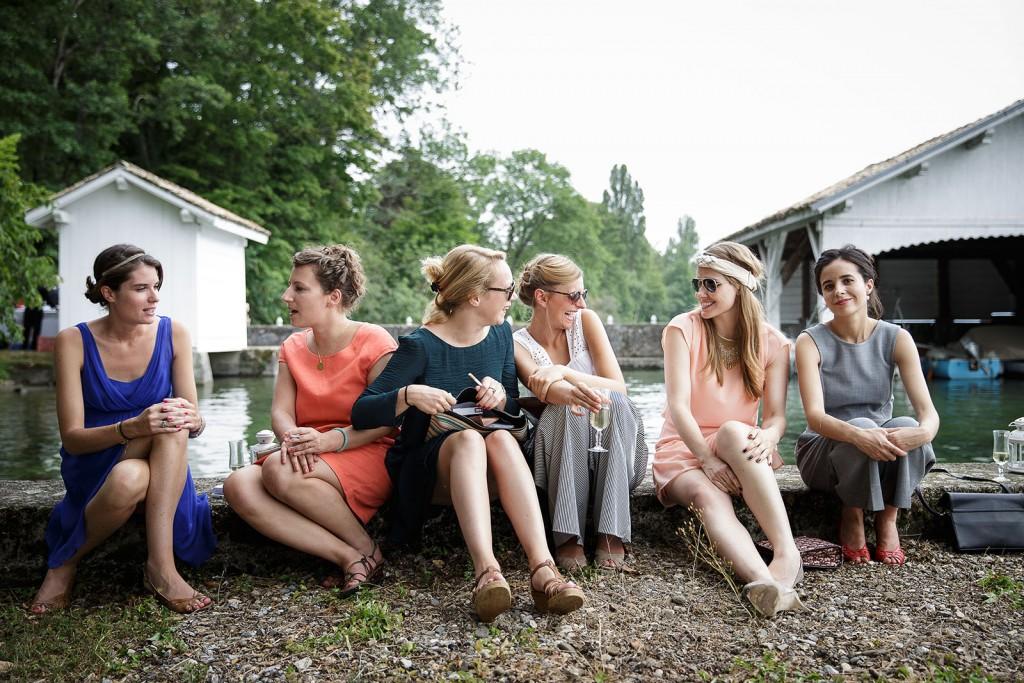 Photographe de mariage à Annecy. photo de groupe créative. Photo réalisée par Castille ALMA photographe de mariage au Lac Léman en Haute Savoie.