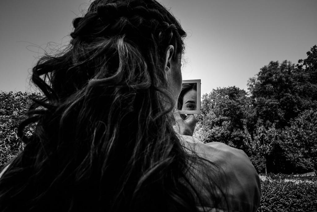 Photographe de mariage à Annecy. reflet dans le miroir de la mariée. Photo réalisée par Castille ALMA photographe de mariage au Lac Léman en Haute Savoie.