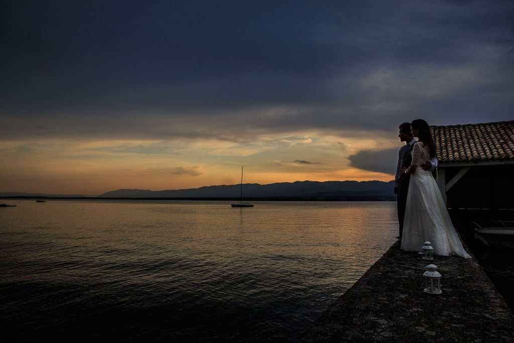Photographe de mariage à Annecy. Photo de couple au couché du soleil sur le lac Léman. Photo réalisée par Castille ALMA photographe de mariage au Lac Léman en Haute Savoie.