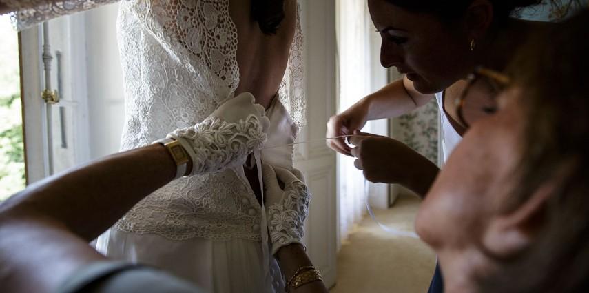 Enfiler sa robe de mariée