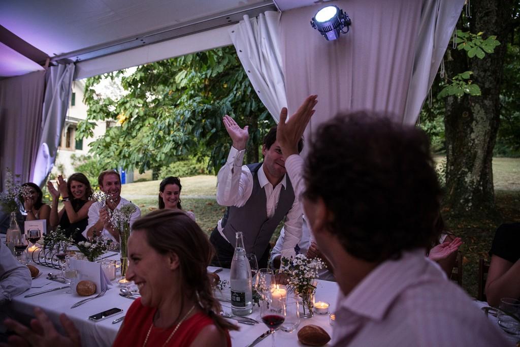 Photographe de mariage à Annecy. Le marié heureux. Photo réalisée par Castille ALMA photographe de mariage au Lac Léman en Haute Savoie.
