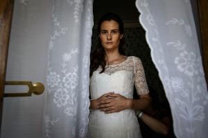 Photographe mariage. Portrait de la mariée. Photo réalisée par Castille ALMA photographe de mariage au Lac Léman en Haute Savoie.