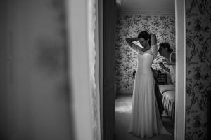 Photographe mariage. Photographe de mariage à Annecy. Habillage de la mariée. Photo réalisée par Castille ALMA photographe de mariage au Lac Léman en Haute Savoie.