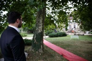 Le marié attend l'arrivée de sa femme. Photo réalisée par Castille ALMA photographe de mariage à Lyon.
