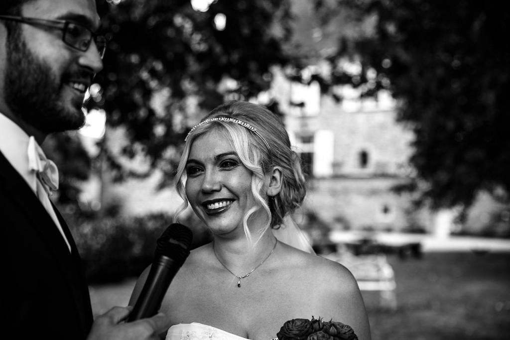 Sourire de la mariée. Photo réalisée par Castille ALMA photographe de mariage à Lyon, manoir de Tourieux.