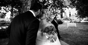 Le marié découvre sa femme . Photo réalisée par Castille ALMA photographe de mariage à Lyon, manoir de Tourieux.