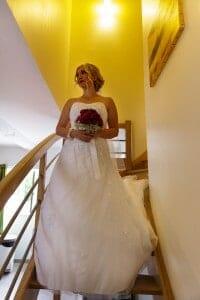 Portrait de la mariée dans les escaliers. Photo réalisée par Castille ALMA photographe de mariage à Lyon.