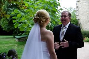 Emotion du père de la mariée quand il l'a découvre. Photo réalisée par Castille ALMA photographe de mariage à Lyon.