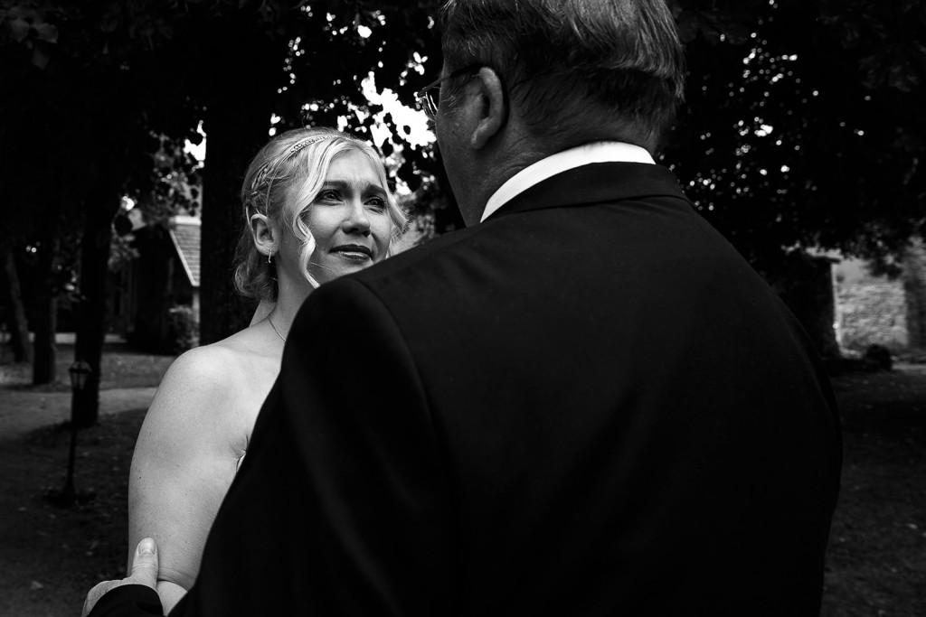 émotion de la mariée quand son père vient la chercher. Photo réalisée par Castille ALMA photographe de mariage à Lyon.