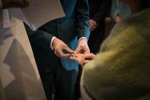 photographe de mariage en Normandie. Echange des alliances. Photo réalisée par Castille ALMA photographe de mariage au manoir des Prévanches, en Normandie.