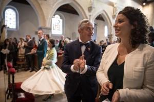 photographe de mariage en Normandie. Photo des parents des mariés. Photo réalisée par Castille ALMA photographe de mariage au manoir des Prévanches, en Normandie.