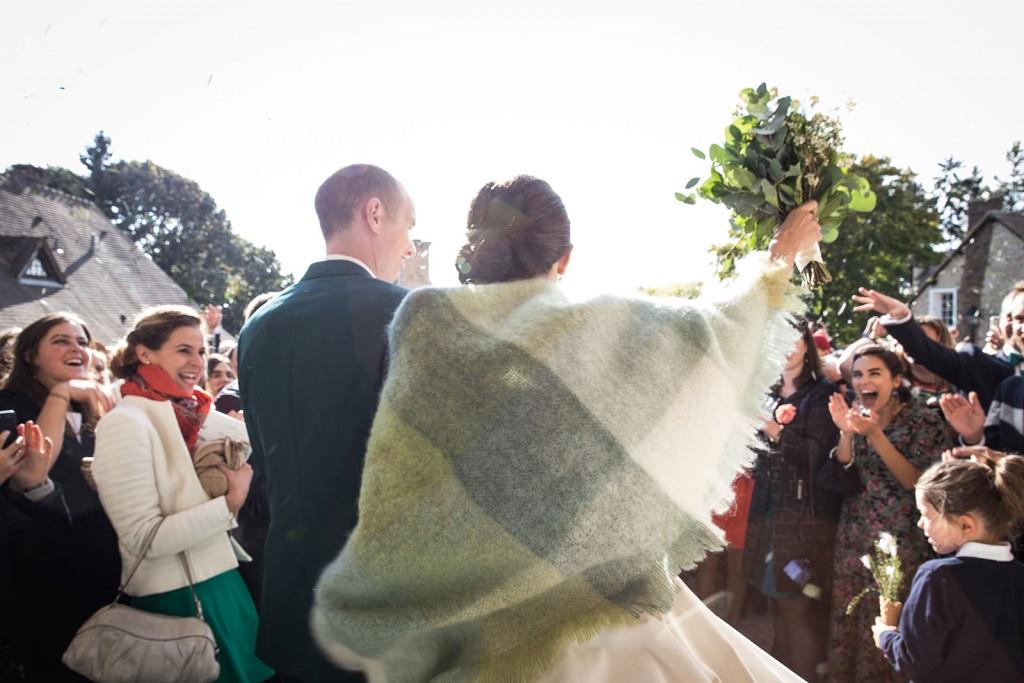 photographe de mariage en Normandie. Sortie de l'église des mariés. Photo réalisée par Castille ALMA photographe de mariage au manoir des Prévanches, en Normandie.