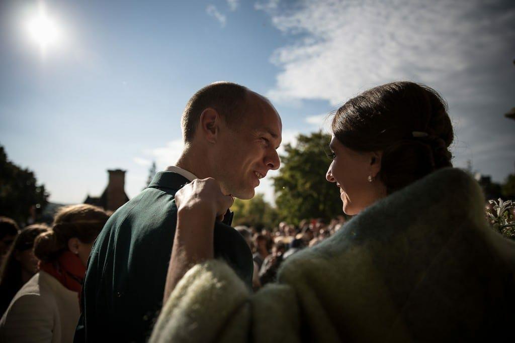 photographe de mariage en Normandie. Regards complices des mariés. Photo réalisée par Castille ALMA photographe de mariage au manoir des Prévanches, en Normandie.