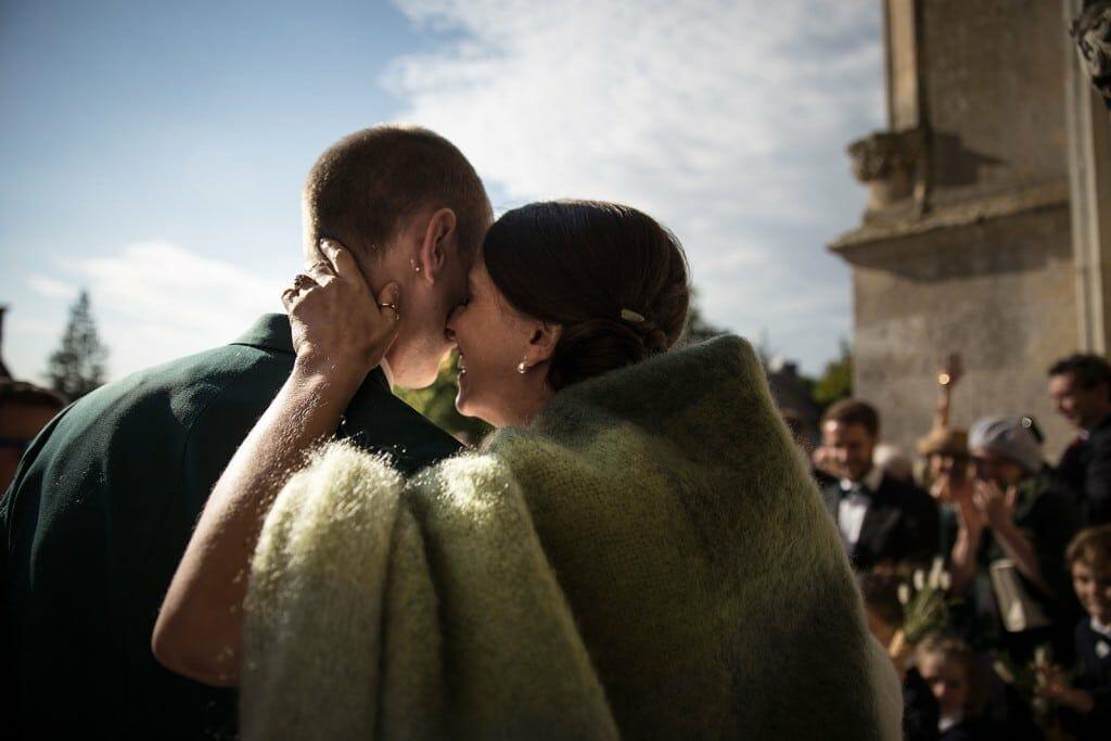photographe de mariage en Normandie. Eclat de rire des mariés. Photo réalisée par Castille ALMA photographe de mariage au manoir des Prévanches, en Normandie.