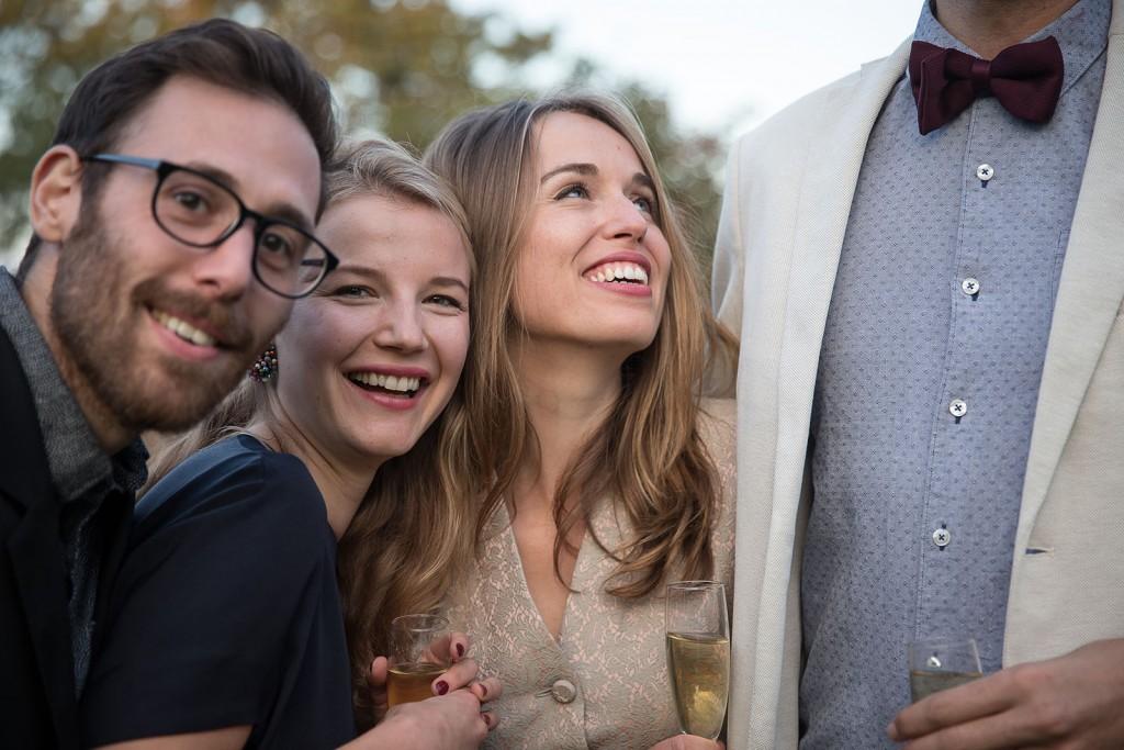 photographe de mariage en Normandie. Photo originale des invités au mariage. Photo réalisée par Castille ALMA photographe de mariage au manoir des Prévanches, en Normandie.