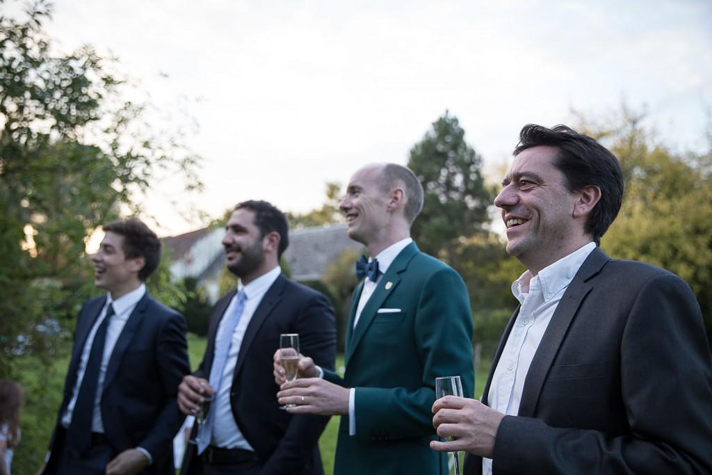 photographe de mariage en Normandie. Le marié et ses témoins. Photo réalisée par Castille ALMA photographe de mariage au manoir des Prévanches, en Normandie.