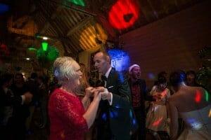 photographe de mariage en Normandie. Le marié danse avec sa mère. Photo réalisée par Castille ALMA photographe de mariage au manoir des Prévanches, en Normandie.