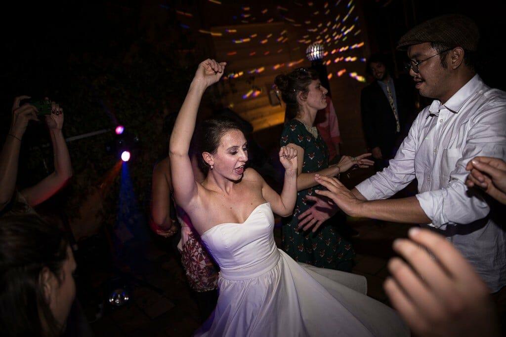 photographe de mariage en Normandie. La marié danse. Photo réalisée par Castille ALMA photographe de mariage au manoir des Prévanches, en Normandie.