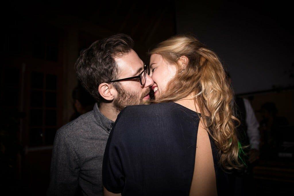 photographe de mariage en Normandie. Un joli couple s'embrasse. Photo réalisée par Castille ALMA photographe de mariage au manoir des Prévanches, en Normandie.