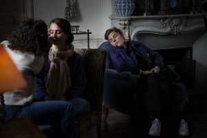 photographe de mariage en Normandie. La témoin dort pendant les préparatifs de la mariée. Photo réalisée par Castille ALMA photographe de mariage au manoir des Prévanches, en Normandie.