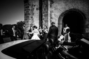 Arrivée de la mariée en cabriolet. Photo réalisée par Castille ALMA photographe de mariage à Paris Région Parisienne.