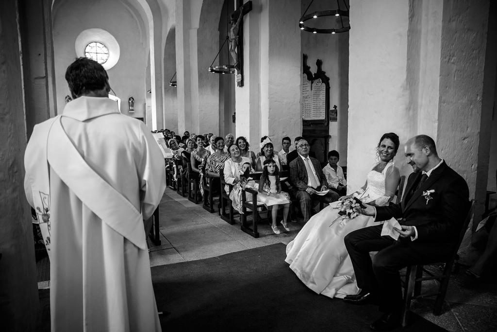 photo des mariés pendant la cérémonie religieuse. Photo réalisée par Castille ALMA photographe de mariage à Paris Région Parisienne.
