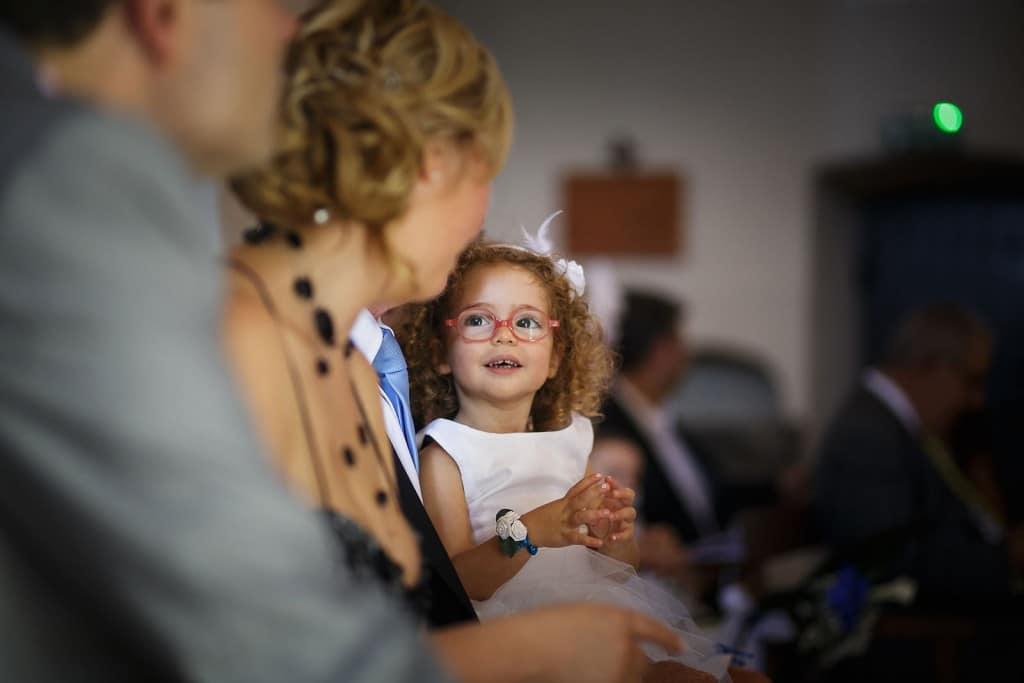Portrait d'une enfant pendant le mariage. Photo réalisée par Castille ALMA photographe de mariage à Paris Région Parisienne.