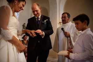 Echange des alliances. Photo réalisée par Castille ALMA photographe de mariage à Paris Région Parisienne.