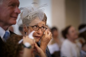 Larme de la mère du marié pendant la cérémonie. Photo réalisée par Castille ALMA photographe de mariage à Paris Région Parisienne.