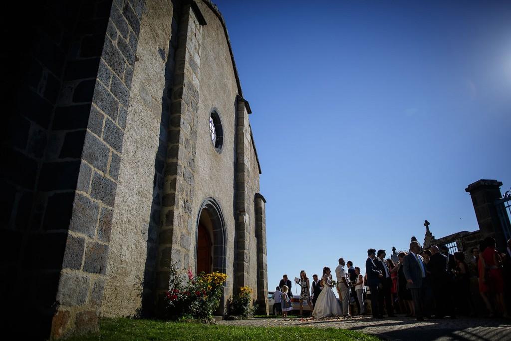 Vue d'ensemble de la sortie de l'église après la cérémonie d emariage. Photo réalisée par Castille ALMA photographe de mariage à Paris Région Parisienne.