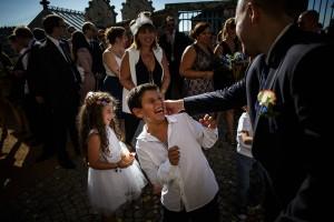 Le marié tire l'oreille aux enfants d'honneur. Photo réalisée par Castille ALMA photographe de mariage à Paris Région Parisienne.