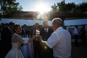Les mariés trinquent. Photo réalisée par Castille ALMA photographe de mariage à Paris Région Parisienne.