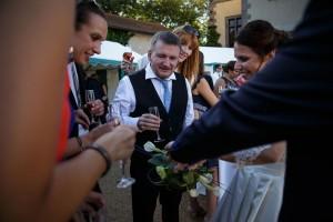 Le marié montre son alliance aux invités. Photo réalisée par Castille ALMA photographe de mariage à Paris Région Parisienne.