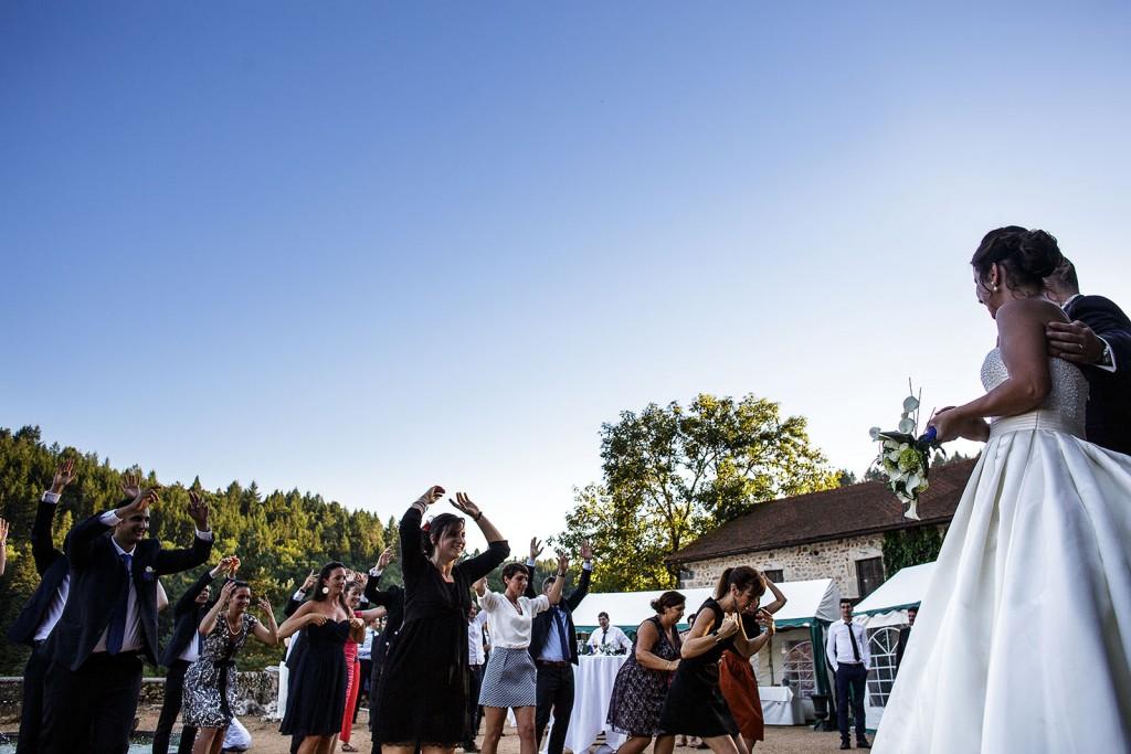 Les mariés et leurs invités. Photo réalisée par Castille ALMA photographe de mariage à Paris Région Parisienne.
